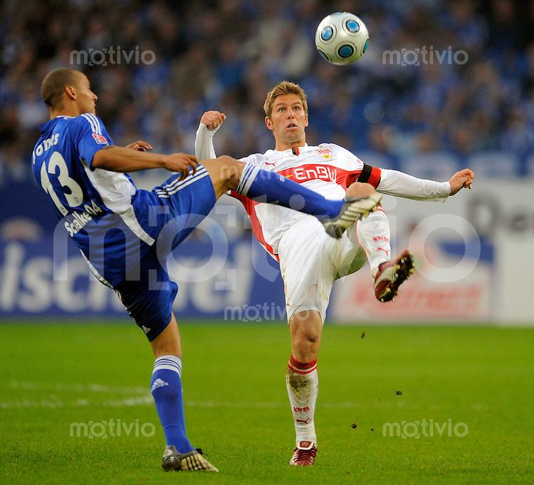 Fussball    1. Bundesliga     Saison 2008/2009    32. Spieltag FC Schalke 04 - VfB Stuttgart      13.05.2009  Jermaine JONES (li, Schalke) im Zweikampf mit Thomas HITZLSPERGER (re, Stuttgart).