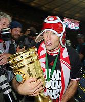 FUSSBALL       DFB POKAL FINALE        SAISON 2012/2013 FC Bayern Muenchen - VfB Stuttgart    01.06.2013 Bayern Muenchen ist Pokalsieger 2013: Arjen Robben mit Hut und Pokal