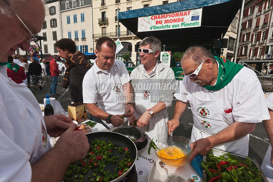 Europe/France/Aquitaine/64/Pyrénées-Atlantiques/Pays-Basque/Bayonne: Lors du Championnat du Monde d' omelette aux piments pendant les Fêtes de Bayonne