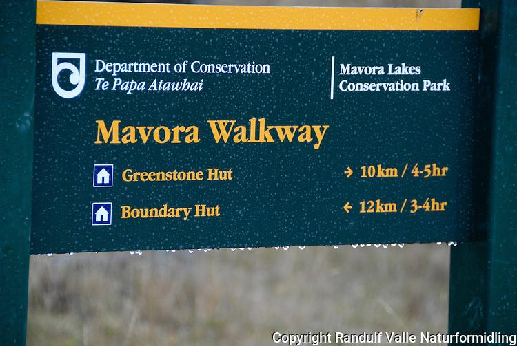 Skilt med regndråper på Mavora Walkway med tidsangivelser til Boundary Hut og Greenstone Hut. ----- Sign on Mavora Walkway with walking times to Boundary Hut og Greenstone Hut.