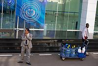 STO03. SANTO DOMINGO (REPÚBLICA DOMINICANA), 18/01/2018.- Un agente vigila el Centro de Convenciones de la Cancillería dominicana este jueves 18 de enero 2018, en Santo Domingo (República Dominicana). La nueva ronda del diálogo entre el Gobierno venezolano y la oposición prevista para este jueves en la capital dominicana fue pospuesta para una nueva fecha que se decidirá, según informó en una rueda de prensa un portavoz de la Cancillería dominicana.. EFE/Orlando Barría