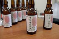 La birra prodotta dai detenuti<br /> Roma 15-09-2014 Il Ministro dell'Istruzione inaugura l'anno scolastico all'Istituto Agrario E. Sereni di Roma. Il Ministro, oltre ad incontrare gli studenti, visita la piccola birreria artigianale dell'istituto, un progetto avviato dalla collaborazione della scuola con l'onlus, Semi di Liberta' che aiuta i detenuti in semilibert&agrave;' a riabilitarsi.<br /> The minister visits the little craft beer factory, a project that gathers students and inmates<br /> Photo Samantha Zucchi Insidefoto