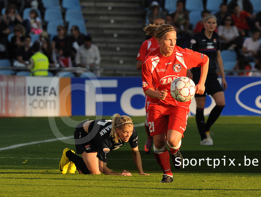 Uefa Women 's Champions League Final 2010 at  Coliseum Alfonso Perez in Getafe , Madrid : Olympique Lyon - Turbine Potsdam : Tabea Kemme voor Lara Dickenmann.foto DAVID CATRY / Vrouwenteam.be