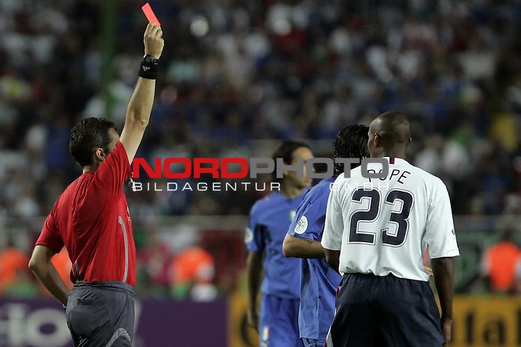 FIFA WM 2006 -  Gruppe E Vorrunde ( Group E )<br /> Play   #25 (17-Jun) - Italien - USA 1:1<br /> <br /> rote Karte f&cedil;r POPE<br /> <br /> <br /> Foto &copy; nordphoto
