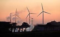 Nederland - Wijk aan Zee - 2019 . Drie windmolens en Tata Steel, de vroegere Hoogovens.  Foto Berlinda van Dam / Hollandse Hoogte