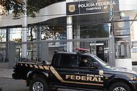 Campinas (SP), 29/07/2020 - Policia - A Polícia Federal deflagrou nesta quarta-feira (29) a Operação Mercado das Armas contra suspeitos de integrarem grupo especializado na prática do crime de tráfico internacional de armas de fogo e acessórios. Cerca de 130 policiais federais estão cumprindo 25 mandados de busca apreensão e um mandado de prisão preventiva. Um dos mandados de busca e apreensão acontece em Campinas (SP). No Estado também são cumpridos mandados em Araraquara, Cabreúva e Várzea Paulista.<br /> Também são cumpridos mandados nos estados do Paraná, Ceará, Espírito Santo, Minas Gerais, Rio de Janeiro, Rio Grande do Sul e Sergipe. As medidas judiciais são decorrentes de representação policial perante a 13ª Vara Federal de Curitiba.