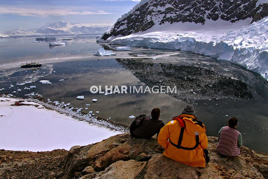 Pessoas e geleira na Antartida. 2006. Foto de Caio Vilela.