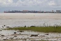 Sao Luis_MA, Brasil...Comunidade do Cajueiro. Vista geral da praia com o porto de Itaqui (Vale) ao fundo...The Cajueiro community. The view of the beach and the Itaqui Port (Vale) in the background...Foto: LEO DRUMOND /  NITRO