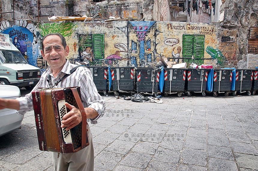 """Palermo: """"Vucciria market"""", Garraffello square, a musician living in the market.Palermo, mercato della vucciria, un musicista del quartiere."""
