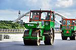 DIEMEN - In Diemen legt Bam Wegen asfalt aan op de nieuwe Oostelijke Ontsluitingsweg (OOIJ) bij de Uyllanderbrug over het Amsterdam-Rijnkanaal. In opdracht van de gemeente is een een tweede ontsluiting voor IJburg gebouwd die een aansluiting krijgt op de snelweg A1 en A9. De weg die na de zomer open gaat, krijgt naast een fietspad, twee rijbanen voor het reguliere verkeer en twee rijbanen voor het openbaar vervoer (de Zuidtangent Oost). COPYRIGHT TON BORSBOOM