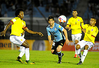 MONTEVIDEO - URUGUAY -13-10-2015: Nicolas Lodeiro (Cent.) jugador de Uruguay disputa el balón con Carlos Sanchez (Izq.) y MCNelly Torres (Der.) jugadores de Colombia, , durante partido entre Uruguay y Colombia de la fecha 2 por la clasificación a la Copa Mundo FIFA 2018 Rusia jugado en el estadio Centenario de la ciudad de Montevideo. /  Nicolas Lodeiro (C) of Uruguay vies the ball with Carlos Sanchez (L) and MCNelly Torres (R) of Colombia during match between Uruguay and Colombia, for the date 2 for the 2018 FIFA World Cup Russia Qualifier played at Centenario Stadium in Montevideo city. Photo: Photosport / VizzorImage / Dante Fernandez / Cont.