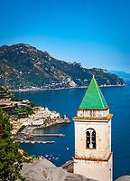 Italien, Kampanien, Pastena oberhalb Amalfi: Kirche Santa Maria Assunta und Blick auf Amalfi | Italy, Campania, Pastena above Amalfi: church Santa Maria Assunta and view towards Amalfi