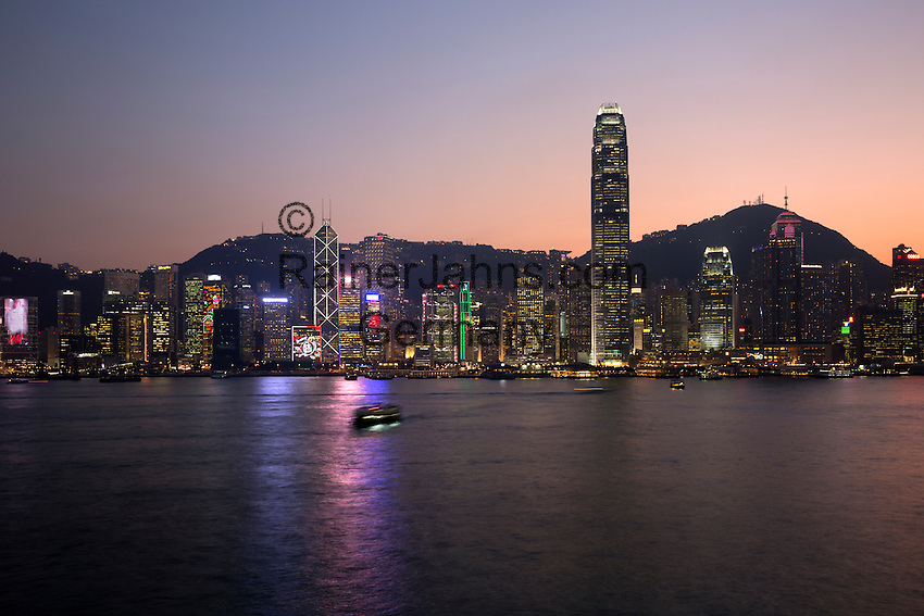 People's Republic of China, Hong Kong: View over Victoria harbour to Hong Kong Island and The Peak at dusk | Volksrepublik China, Hongkong: Victoria Harbour, die Skyline Hongkongs und The Peak in der Abenddaemmerung