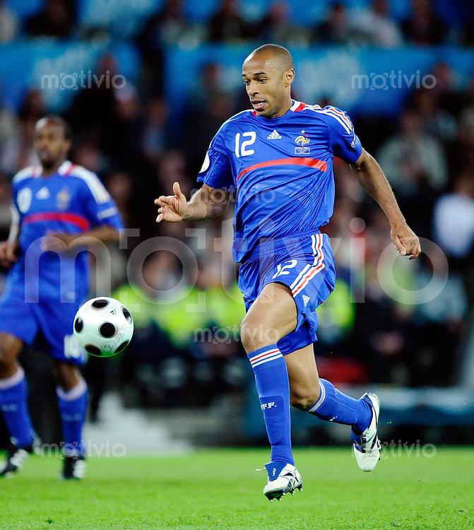 FUSSBALL EUROPAMEISTERSCHAFT 2008  Niederlande - Frankreich    13.06.2008 Thierry Henry (FRA) am Ball