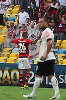 RIO DE JANEIRO, RJ, 24.11.2013 - Paulinho do Flamengo comemora seu gol durante a partida contra o Corinthians, neste domingo, pela trigésima sexta rodada do Campeonato Brasileiro no Maracanã. (Foto. Néstor J. Beremblum / Brazil Photo Press).