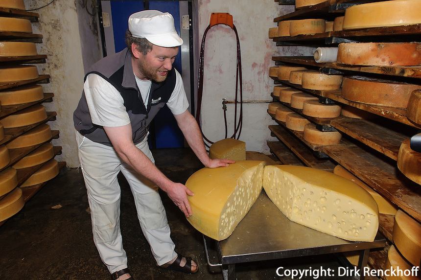 Emmentaler K&auml;se in der Bergbauern Sennerei in Ofterschwang-H&uuml;ttenberg  im Allg&auml;u, Bayern, Deutschland<br /> alpine dairy with Emmental cheese in Ofterschwang-H&uuml;ttenberg, Allg&auml;u, Bavaria, Germany