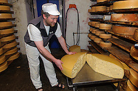 Emmentaler Käse in der Bergbauern Sennerei in Ofterschwang-Hüttenberg  im Allgäu, Bayern, Deutschland<br /> alpine dairy with Emmental cheese in Ofterschwang-Hüttenberg, Allgäu, Bavaria, Germany