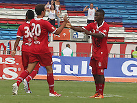 CALI -COLOMBIA-23-06-2013. Jugadores de America de Cali celebra un gol en contra el Union Magdalena durante partido de los cuadrangulares finales, Torneo Postobón 2013-1 jugado en el estadio Pascual Guerrero de la ciudad de Cali./ America de Cali players celebrate a goal against Union Magdalena during match of the final quadrangular  Postobon Torneo 2013-1 at Pascual Guerrero stadium in Cali city. Photo: VizzorImage/Juan C. Quintero/STR