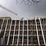 AMERSFOORT - In Amersfoort werkt Visser & Smit Bouw langs het spoor aan het nieuwe gebouw van de Rijksdienst voor Archeologie, Cultuurlandschap en Monumenten (RACM) en Kunst aan de Eem(KADE). Het door de Spaanse architect Navarro Baldeweg ontworpen complex gaat ruimte bieden aan de gefuseerde rijksdiensten Rijksdienst voor Monumentenzorg (RDZM) en de rijksdienst voor Oudheidkundig Bodemonderzoek (ROB) die nu in Zeist en de binnenstad van Amersfoort gevestigd zitten. Het gebouw krijgt een grote schuine glazen gevel, een ondergrond parkeergarage en krijgt een kantooroppervlakte van bijna 15.000m2. Het project dat ongeveer 40 miljoen euro gaat kosten, moet in 2008 klaar zijn. COPYRIGHT TON BORSBOOM