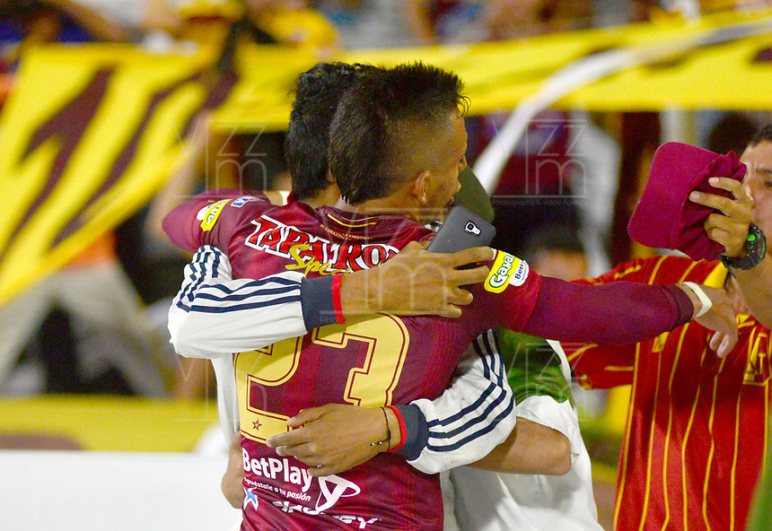 IBAGUE-COLOMBIA, 13-11-2019: Alex Castro de Deportes Tolima celebra el gol anotado a Atlético Nacional, durante partido de la fecha 2 de los cuadrangulares semifinales entre Deportes Tolima y Atlético Nacional, por la Liga Águila II 2019 entre Deportes Tolima y Atlético Nacional, jugado en el estadio Manuel Murillo Toro de la ciudad de la ciudad de Ibague. / Alex Castro of Deportes Tolima celebrates a scored goal to Atlético Nacional during a match of the 2 date of the semifinals quarter finals between Deportes Tolima and Atletico Nacional, for the Aguila Leguaje II 2019  played at Manuel Murillo Toro stadium in Ibague city. Photo: VizzorImage / Juan Carlos Escobar / Cont.