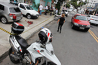 SAO PAULO,SP, 05.11.2015 - CRIME-SP - Uma vítima foi baleada após tentativa de assalto no cruzamento das ruas Bem-te-vi com a Alameda dos Arapanés, no bairro de Moema, zona sul da cidade de São Paulo, nesta quinta-feira, 05. A vítima saia de um banco, quando foi abordada por dois homens em uma moto, quando reagiu ao assalto e foi atingida por um disparo. (Foto: Douglas Pingituro/Brazil Photo Press)
