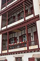 Europe/France/Aquitaine/64/Pyrénées-Atlantiques/Pays-Basque/Saint-Jean-de-Luz: Maison à Galerie sur le port de Saint-Jean-de-Luz, quai de l'Infante