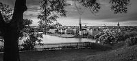 Riddarholmen med Riddarkyrkan en utsikt från Mariaberget på Södermalm i Stockholm i svartvitt.
