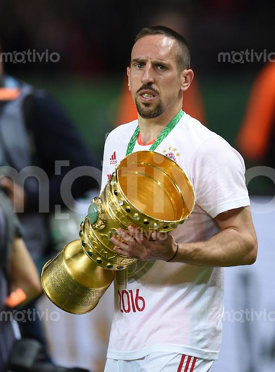 FUSSBALL  DFB POKAL FINALE  SAISON 2015/2016 in Berlin FC Bayern Muenchen - Borussia Dortmund         21.05.2016 DER FC BAYERN IST POKALIEGER 2016: Franck Ribery (FC Bayern Muenchen) jubelt mit dem Pokal