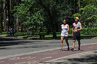 SAO PAULO, SP, 13.11.2013 - CLIMA TEMPO - Paulistano aproveita tarde quente e ensolarada no Parque do Ibirapuera, região su da capital, nesta quarta feira, 13  (Foto: Alexandre Moreira / Brazil Photo Press).