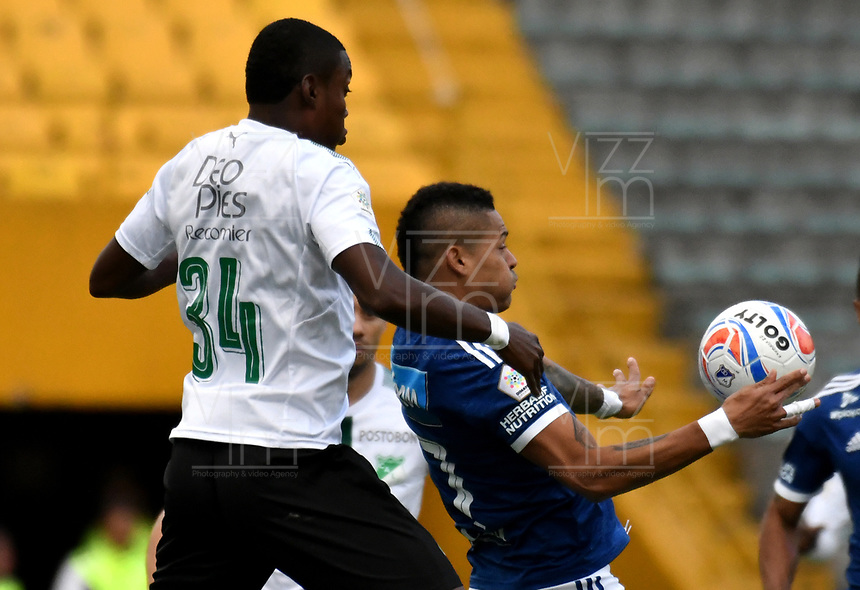 BOGOTÁ - COLOMBIA, 19-08-2018: Ayron del Valle (Der.) jugador de Millonarios disputa el balón con Ezequiel Palomeque (Izq.) jugador de Deportivo Cali, durante partido de la fecha 5 entre Millonarios y Deportivo Cali, por la Liga Aguila II-2018, jugado en el estadio Nemesio Camacho El Campin de la ciudad de Bogota. / Ayron del Valle (R) player of Millonarios vies for the ball with Ezequiel Palomeque (L) player of Deportivo Cali, during a match of the 5th date between Millonarios and Deportivo Cali, for the Liga Aguila II-2018 played at the Nemesio Camacho El Campin Stadium in Bogota city, Photo: VizzorImage / Luis Ramirez / Staff.