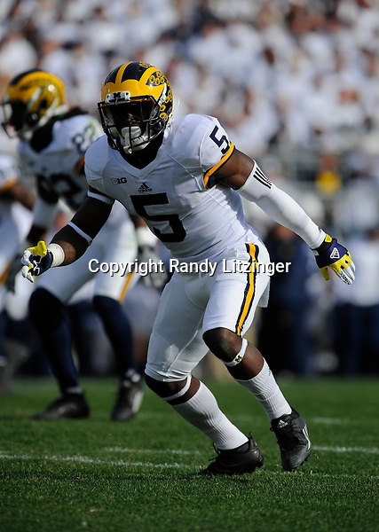 21 November 2015:  Michigan S/WR/KR/PR Jabrill Peppers (5) drops into coverage. The Michigan Wolverines defeated the Penn State Nittany Lions 28-16 at Beaver Stadium in State College, PA. (Photo by Randy Litzinger/Icon Sportswire)