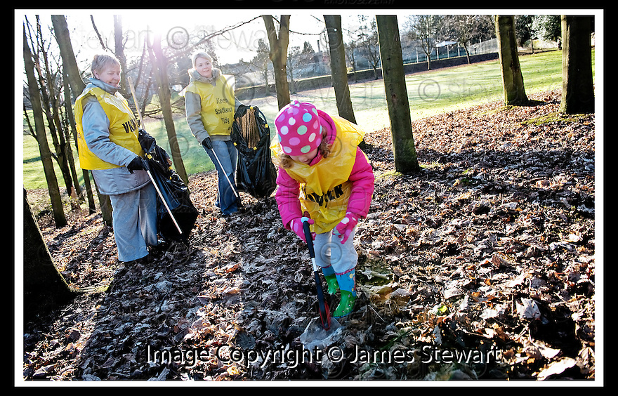 01/02/2010  Copyright  Pic : James Stewart.02_dollar_park  .::  FRIENDS OF DOLLAR PARK LITTER PICK : SUNDAY 31ST JANUARY 2010 :: .James Stewart Photography 19 Carronlea Drive, Falkirk. FK2 8DN      Vat Reg No. 607 6932 25.Telephone      : +44 (0)1324 570291 .Mobile              : +44 (0)7721 416997.E-mail  :  jim@jspa.co.uk.If you require further information then contact Jim Stewart on any of the numbers above.........
