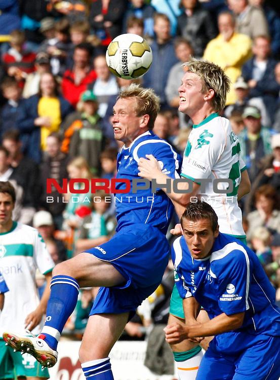 FBL  2008/2009  Testspiel<br /> Werder Bremen - Kickers Emden in Leer-Loga<br /> Kopfballduell - Torsch&uuml;tze Enrico Neitzel (Kickers #11) - Peter Niemeyer (Werder Bremen - GER #25), vorne rechts: Tom Moosmayer (Kickers #8)<br /> Foto &copy; nph (  nordphoto  )<br /> <br /> <br /> <br />  *** Local Caption ***