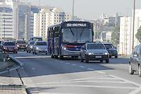 SÃO PAULO,SP, 08.07.2016 - LEI-FAROL - Movimentação de veículos na rodovia Anchieta no trecho de chegada em São Paulo nesta sexta-feira, 08. Começa a vigorar hoje a obrigatoriedade de acender o farol baixo de dia, ao circular em rodovias. O descumprimento é considerado infração média, com 4 pontos na carteira de habilitação e multa de R$ 85,13, que passará para R$ 130,16 em novembro próximo. (Foto: Carlos Pessuto/Brazil Photo Press)
