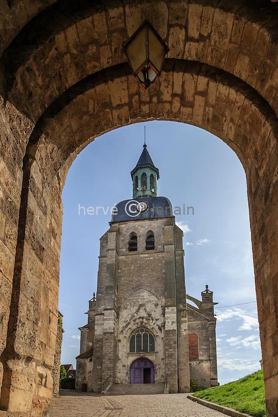 France, Yonne (89), Joigny, église Saint-Jean et la Porte Saint-Jean // France, Yonne, Joigny, Saint-Jean church