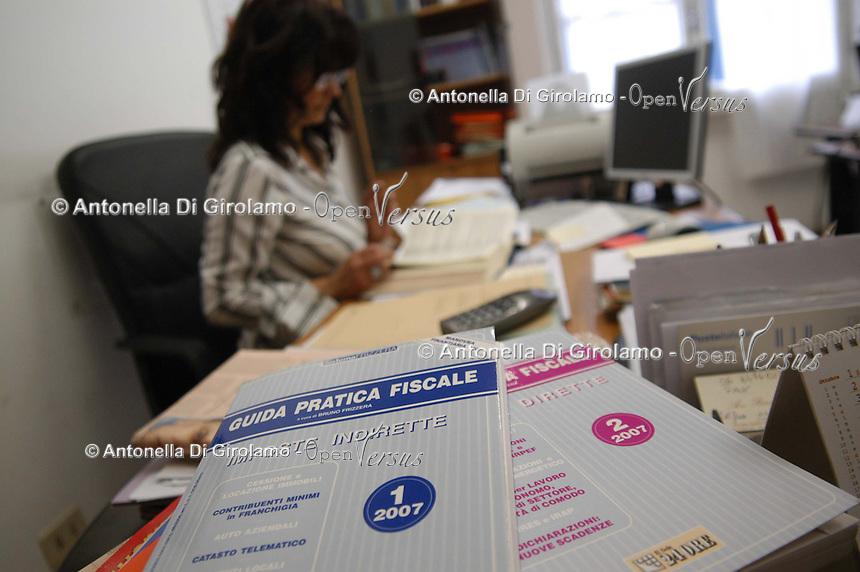 Commercialista nel suo studio per la preparazione delle dichiarazioni dei redditi..Business consultant in her office for the preparation of tax returns..