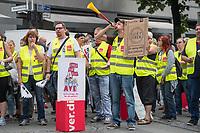 Streik im Berliner und Brandenburger Einzelhandel.<br /> Am Freitag den 18. August 2017 rief die Dienstleistungsgewerkschaft ver.di die Beschaeftigten des Einzelhandels der Region Berlin-Brandenburg zum Streik auf.<br /> In den bisherigen Tarifverhandlungen mit dem Handelsverband fuer die Region Berlin-Brandenburg haben haben die Arbeitgeber eine Lohnerhoehung von 1,8 bis 2 Prozent angeboten, ohne eine Angleichung von Urlaubs- und Weihnachtsgeld auf Westniveau. Verkaeuferinnen in Brandenburg erhalten immer noch mehr als 420 Euro jaehrlich weniger als ihre Kolleginnen in Berlin.<br /> Vom Streik betroffen waren Betriebe der Unternehmen Galeria Kaufhof Cottbus, Kaufland, Kaufland Logistik, H & M, Rewe/Penny, Thalia, IKEA, real und Zara. Mehrere Hundert Gewerkschaftsmitglieder aus Berlin und Brandenburg nahmen an der Streikkundgebung und Demonstration teil.<br /> 18.8.2017, Berlin<br /> Copyright: Christian-Ditsch.de<br /> [Inhaltsveraendernde Manipulation des Fotos nur nach ausdruecklicher Genehmigung des Fotografen. Vereinbarungen ueber Abtretung von Persoenlichkeitsrechten/Model Release der abgebildeten Person/Personen liegen nicht vor. NO MODEL RELEASE! Nur fuer Redaktionelle Zwecke. Don't publish without copyright Christian-Ditsch.de, Veroeffentlichung nur mit Fotografennennung, sowie gegen Honorar, MwSt. und Beleg. Konto: I N G - D i B a, IBAN DE58500105175400192269, BIC INGDDEFFXXX, Kontakt: post@christian-ditsch.de<br /> Bei der Bearbeitung der Dateiinformationen darf die Urheberkennzeichnung in den EXIF- und  IPTC-Daten nicht entfernt werden, diese sind in digitalen Medien nach §95c UrhG rechtlich geschuetzt. Der Urhebervermerk wird gemaess §13 UrhG verlangt.]