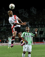 MEDELLIN- COLOMBIA – 03-12-2014: Johnatan Copete (Der.) jugador de Atletico Nacional de Colombia de disputa el balon con Carlos Sanchez (Izq.) jugador de River Plate de Argentina durante partido de ida de la final de la Copa Total Suramericana entre Atletico Nacional de Colombia y River Plate de Argentina en el estadio Atanasio Girardot de la ciudad de Medellin.  / Johnatan Copete (R) player of Atletico Nacional de Colombia vies for the ball with Carlos Sanchez (L) player of River Plate of Argentina during a match for the first leg of the final between Atletico Nacional of Colombia and River Plate of Argentina of the Copa Total Suramericana in the Atanasio Girardot stadium, in Medellin city. Photo: VizzorImage / Luis Ramirez/ Staff.