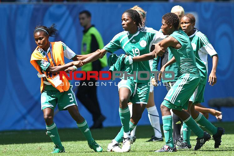 25.07.2010,  Augsburg, GER, FIFA U20 Womens Worldcup, , Viertelfinale, USA vs Nigeria,  im Bild Uchechi SUNDAY (Nigeria #19) wird von Teamkoleginnen zur¸ckgehalten , Foto: nph /  Straubmeier