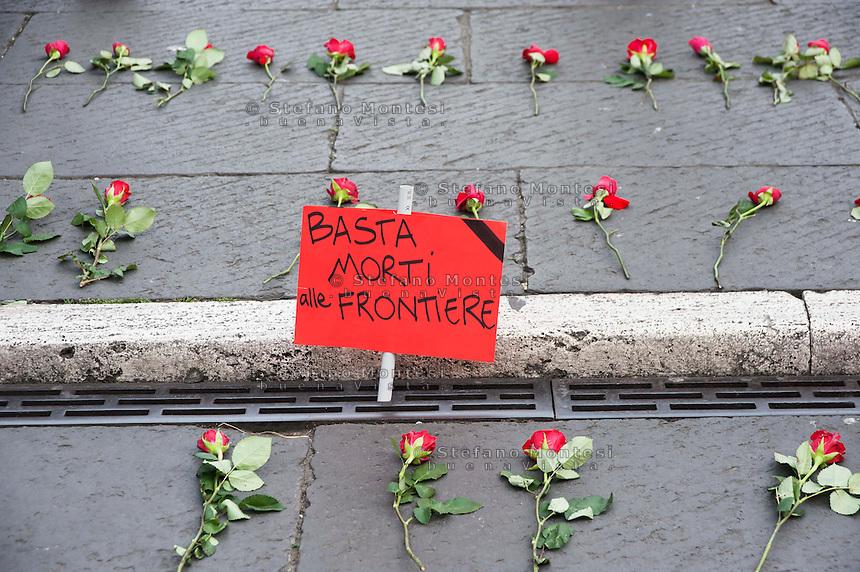 Roma 8 Aprile 2011.250 Rose per gli immigrato morti nel Canale di Sicilia, sono state deposte sulla scalinata del Campidoglio dal Arci  per ricordare i 250  immigrati morti  affogati davanti all'isola di Lampedusa.