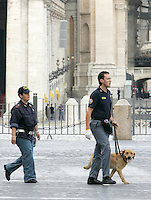 Agenti di polizia dell'unita' cinofili antiesplosivo con uno dei loro cani pattugliano la zona antistante Piazza san Pietro, Vaticano, 13 giugno 2008, poco prima dell'arrivo del Presidente degli Stati Uniti George W. Bush per l'incontro con il Papa..Police explosive ordnance disposal unit officers patrol St. Peter's area, Vatican, 13 june 2008, with a dog, before the arrival of the U.S. President George W. Bush for his meeting with the Pope..UPDATE IMAGES PRESS/Riccardo De Luca