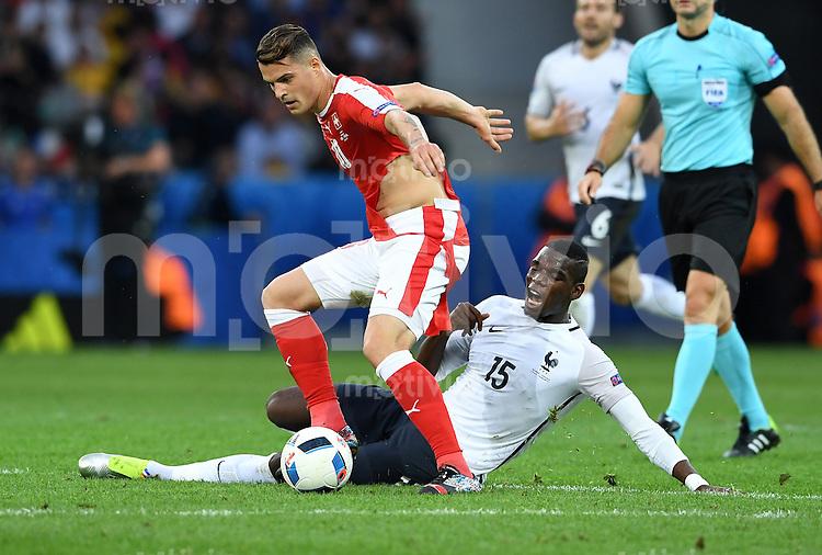 FUSSBALL EURO 2016 GRUPPE A IN LILLE Schweiz - Frankreich     19.06.2016 Granit Xhaka (li, Schweiz) gegen Paul Pogba (re, Frankreich)