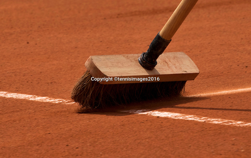 Paris, France, 22 June, 2016, Tennis, Roland Garros, Brushing the lines<br />