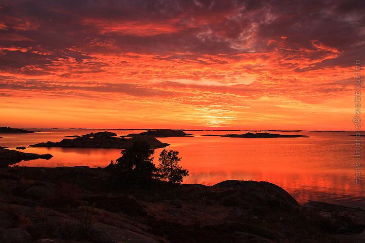 Extremt röd solnedgång vid Ut-Fredel i Stockholms  ytterskärgård