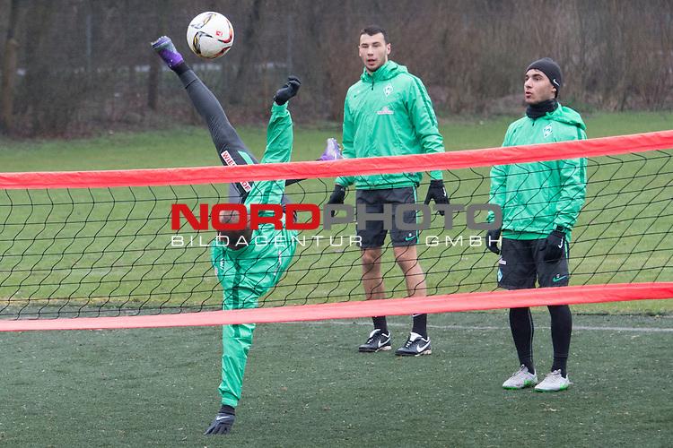 25.03.2016, Trainingsgelaende, Bremen, GER, 1.FBL, Training Werder Bremen<br /> <br /> im Bild<br /> Alejandro G&aacute;lvez / Galvez (Bremen #4), Lukas Fr&ouml;de / Froede (Bremen #39), &Ouml;zkan / Oezkan Yildirim (Bremen #17), <br /> <br /> Foto &copy; nordphoto / Ewert