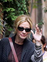 "L'attrice statunitense Julia Roberts sul set del film ""Mangia, Prega, Ama"", a Roma, 27 agosto 2009..U.S. actress Julia Roberts waves to fans during a pause of the shooting of the movie ""Eat, Pray, Love"", in downtown Rome, 27 August 2009. .UPDATE IMAGES PRESS/Riccardo De Luca"