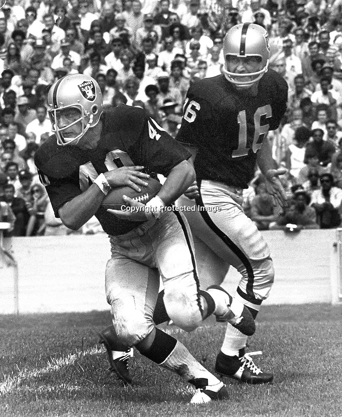 Oakland Raiders QB George Blanda hands off to Pete Banazak...(1971 action)..(photo/Ron Riesterer)
