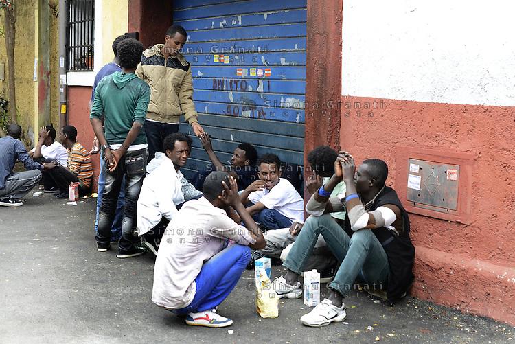 Roma, 13 Giugno 2015<br /> Vi Tiburtina.<br /> Centinaia di migranti hanno trovato rifugio nel centro di accoglienza Baobab di Via Cupa e nelle vie limitrofe.<br /> Divieto di sosta.