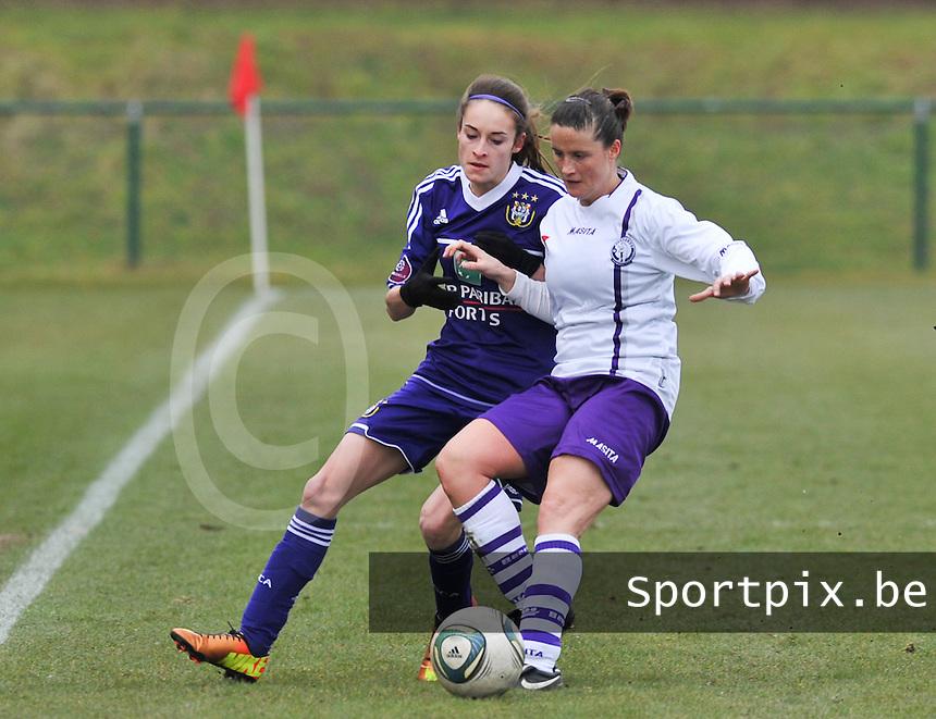 RSC Anderlecht Dames - Beerschot : duel tussen Tessa Wullaert en Thais Oosters (rechts).foto DAVID CATRY / Vrouwenteam.be