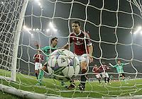 FUSSBALL   CHAMPIONS LEAGUE   SAISON 2011/2012     23.11.2011 AC Mailand - FC Barcelona Enttaeuschung Mark Van Bommel (Mitte, AC Mailand) nach seinem Eigentor zum  0-1; Xavi Hernandez (li hinten, Barca) jubelt